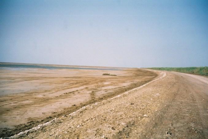 La piste qui mène vers le barrage de Diama au Sénégal