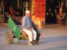 Place Jemaa-el-Fna, un homme et sa charette