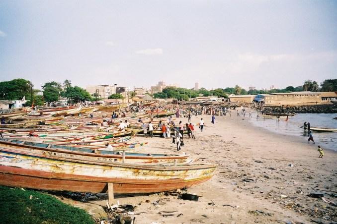 Pirogues sur la plage de Soumbedioune
