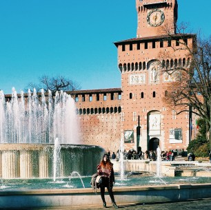 Fountain and front of the Sforzesco castle