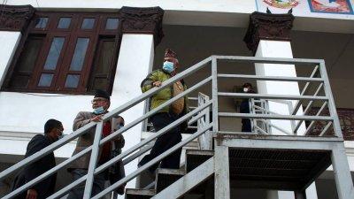 नेकपामा सूर्य चिह्नको लडाईंः दाहाल–नेपाल पक्ष निर्वाचन आयोगमा