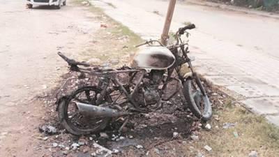 मोटरसाइकल जलाउने दुई पक्राउ