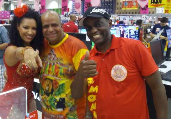A rainha de bateria Luciane Soares, o diretor de carnaval Adriano Cássio e o passista Neguinho do Fubá, em recente evento da Leão.