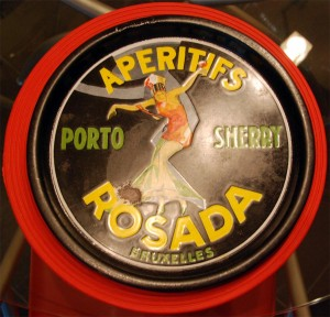 Aperitifs Porto Sherry ROSADA, emailliertes Plateau, 1930er Jahre: Eine der seltensten und gesuchtesten Servierplatten aus emailliertem Stahl