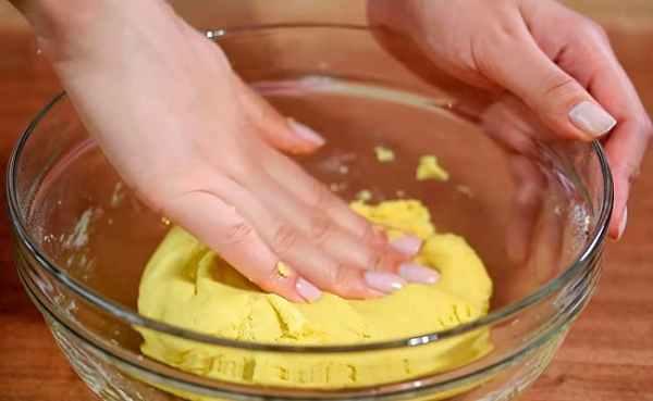 Песочный пирог со сливами и хрустящим безе – рецепт с фото