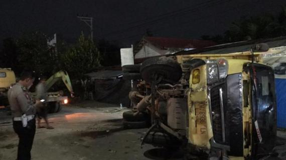 ASTAGA ! Ternyata Sopir Trak Dump yang Terbalik Sempat Minum Miras Sebelum Mengemudi