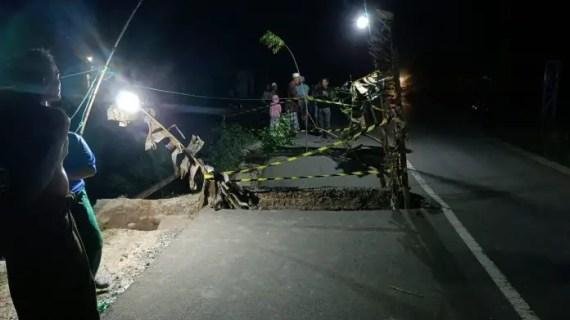 Jembatan Penghubung Antar Kabupaten Ambruk