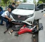 Tabrakan Mobil Rush vs Sepeda Motor di Sampit