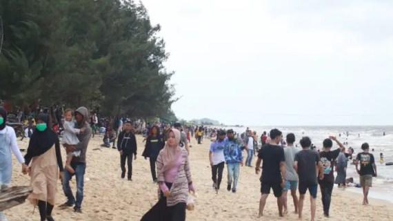 Belum Resmi Dibuka, Ratusan Wisatawan Padati Objek Wisata Pantai Ujung Pandaran