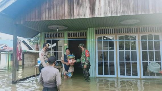 Kapolsek Mentaya Hulu Rela Tenggelam Demi Bantu Warga yang Terkena Dampak Banjir