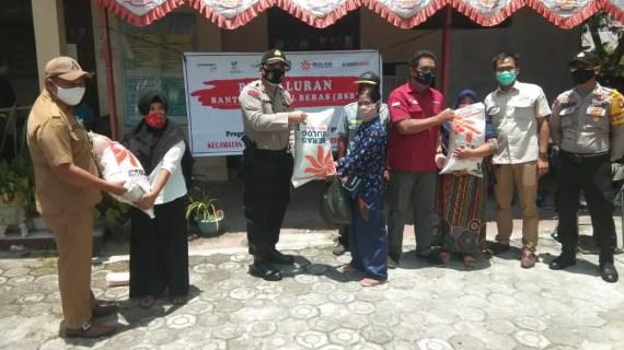 Bripka Arief Nugroho Amankan Kegiatan Penyaluran Bantuan Sosial Kecamatan Baamang