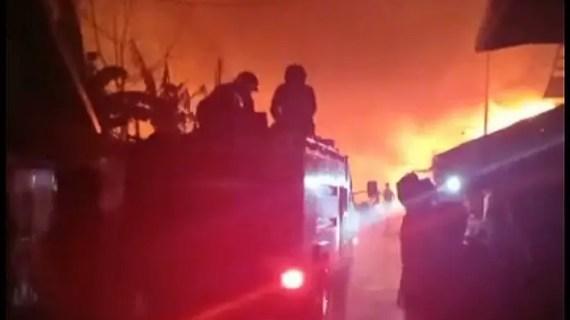 BREAKING NEWS : Di tengah Hujan Lebat, Api Lalap Pasar Sejumput Baamang