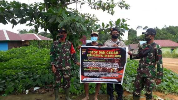 Anggota Polsek Mentaya Hulu Sosialisasi Larangan Pembakaran Hutan Dan Lahan