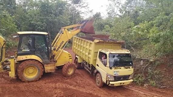 PT WNL Perbaiki Jalan Desa Ubar Mandiri
