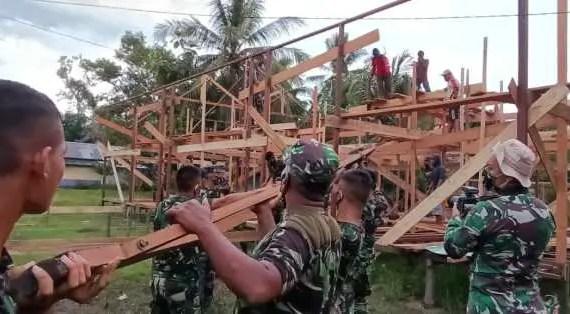 Pembangunan Pos Terpadu TMMD Tahap Pemasangan Atap