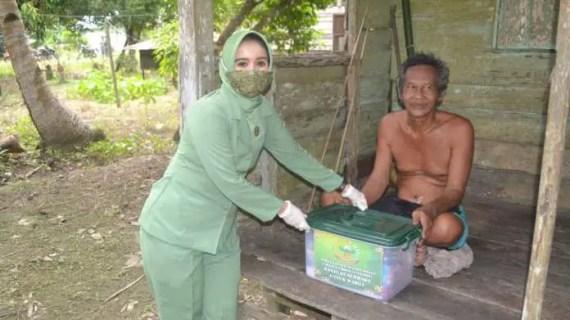 Persit Kartika Chandra Kirana Kodim 1015 Sampit Berikan Bantuan Sembako Untuk Warga