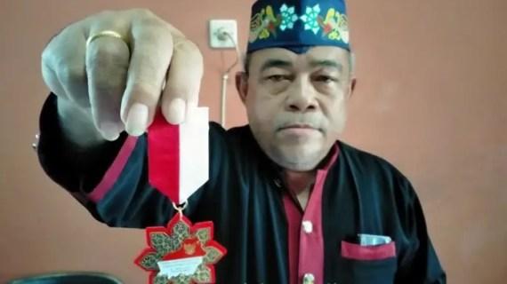Tanpa Diduga, Ini Kesan Ketua DAD Kotim Dianugerahi Lencana Tanda Jasa Kehormatan