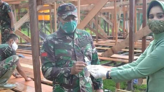 Putus Mata Rantai Covid-19, Persit KCK Cabang XLI Bagikan Sanitizer dan Masker