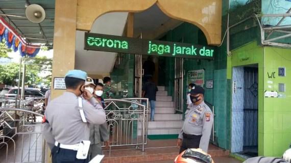 Polsek KPM Laksanakan Pendisiplinan Prokes Terhadap Jama'ah Sholat Jumat
