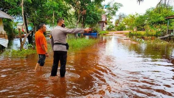 Bhabinkamtibmas Desa Sungai Paring Cek Debit Air