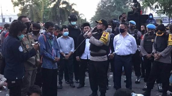 Hentikan Aksi Unras Kapolres Kotim Kumandangkan Adzan Magrib