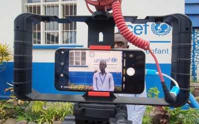 """Des """"enfants reporters"""" se forment à la vidéo mobile et filment leur ville sous la menace du volcan"""