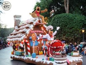 SamsDisneyDiary 82: Disneyland Christmas Fantasy Parade - Goofy and Pluto