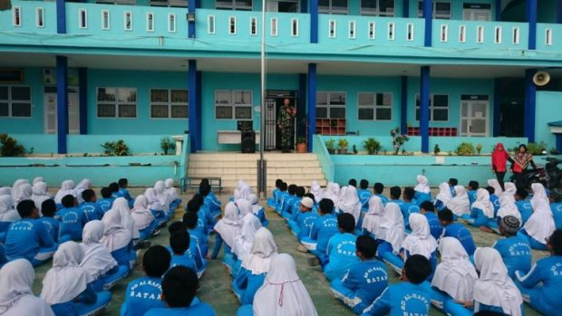 Babinsa Nongsa Melaksanakan Kegiatan Pelatihan PBB Di Sekolah SD Dan SMP Yayasan Al-Kaffah, SamuderaKepri