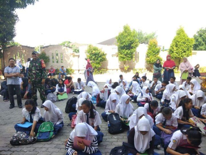 Babinsa Baloi Permai Melaksanakan Pengawasan PPDB Di Sekolah SMKN 2, SamuderaKepri