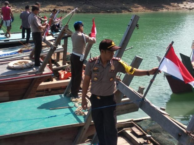 Kapolsek Singkep Barat Serahkan Bendera Indonesia Kepada Nelayan Desa Sungai Buluh, SamuderaKepri