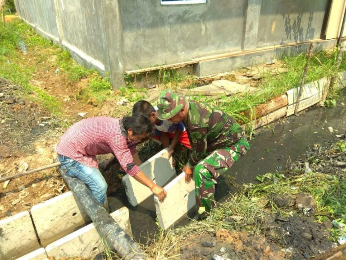 Babinsa Baloi Indah Melaksanakan Goro Bersama Warga Batu Batam
