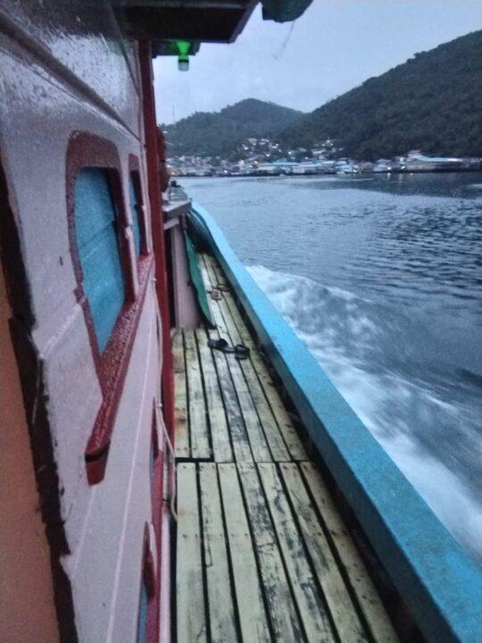 Kapal Feri Desa Kiabu Dihantam Angin Kencang