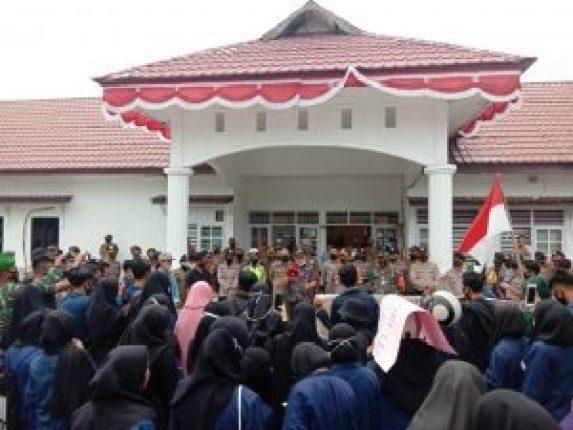 Ketua DPRD Natuna Menyambut Mahasiswa Tolak RUU Cipta Kerja