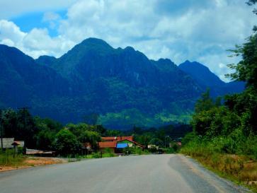 Ein Dorf vor Bergkulisse