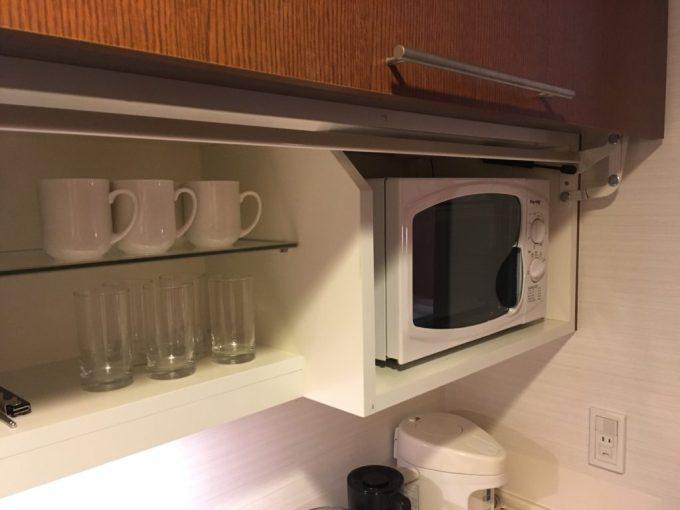 東急ハーベスト旧軽井沢の客室内のお茶などを淹れるスペースの電子レンジ