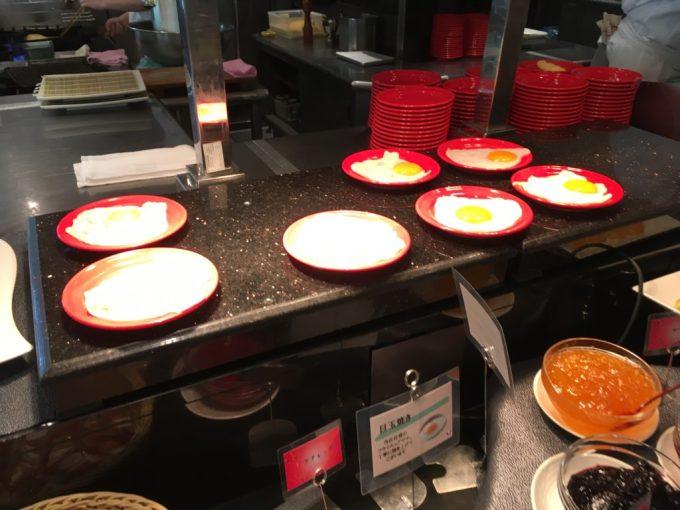 東急ハーヴェスト朝食会場『彩』バイキング料理ライブキッチンで焼かれた目玉焼き