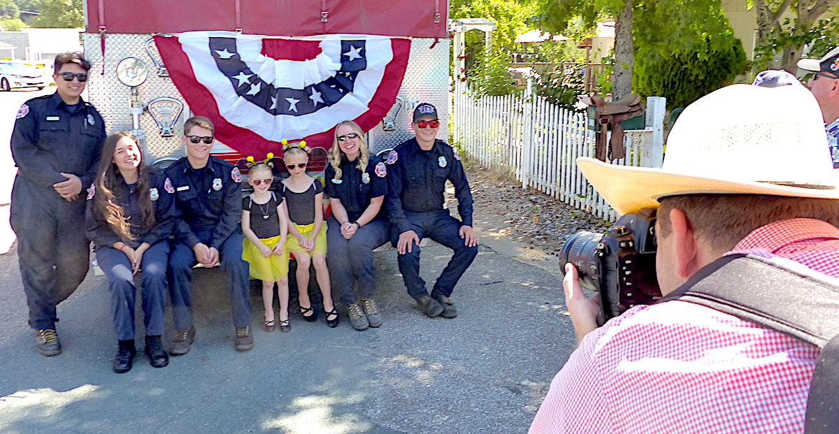 A family asks to have a picture taken with SAFPD personnel.