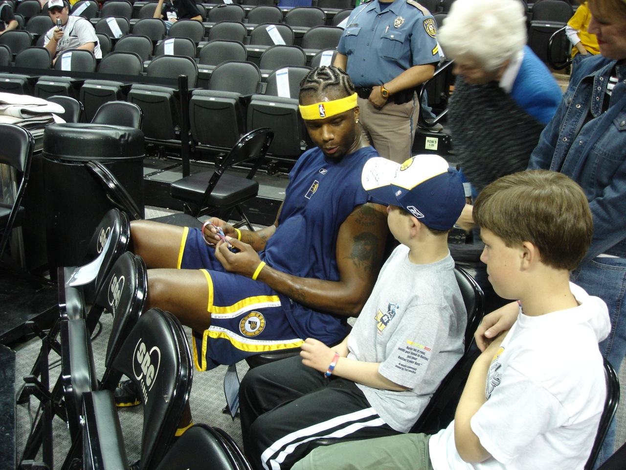 Sharing his Be Hopeful Bracelet with Jermaine O'Neal during a Spurs Game. Photo courtesy of the Edelen family.