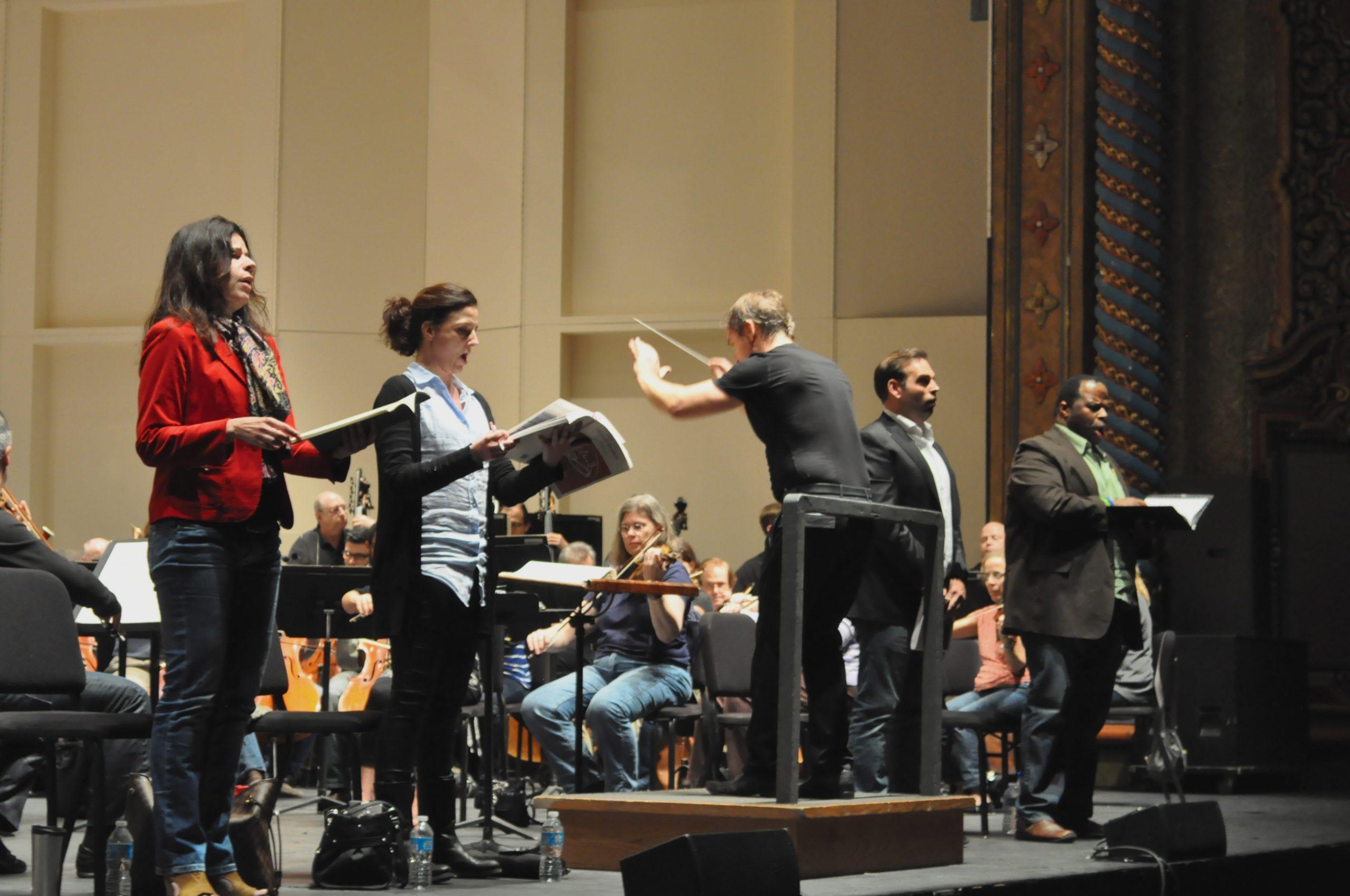 (Front left) Soprano Ana María Martínez, mezzo-soprano Géraldine Chauvet, Music Director Sebastian Lang-Lessing, tenor Dimitri Pittas, and baritone Lester Lynch. Photo by Iris Dimmick.