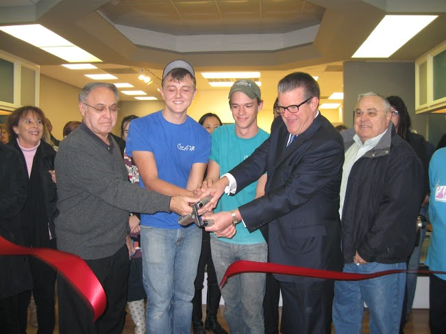 Bakery founders Eric Lowe (second from left), Taylor Becken (center), Castle Hills Mayor Bruce Smiley-Kaliff (second from right) and friends cut the ceremonial ribbon at C'est La Vie Baking Company. Photo by Randy Bear.