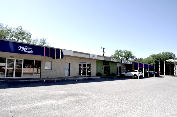 A desolate miniature strip mall at 7231 Broadway Street. Photo by Iris Dimmick.