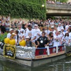 Tim Duncan and his twin children during the 2014 Spurs Championship River Parade on June 30, 2014.