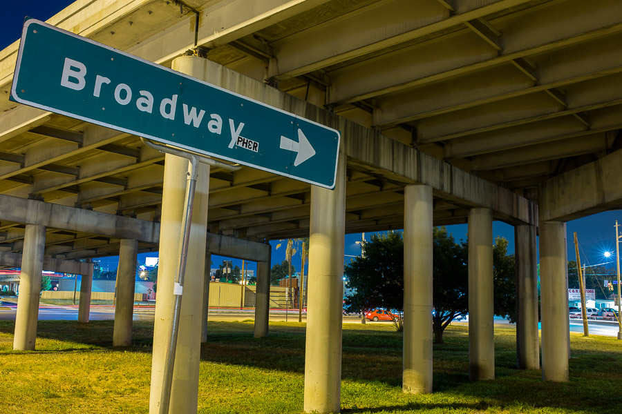 A sign pointing toward Broadway off an exit ramp under Interstate 35. Photo by Scott Ball.