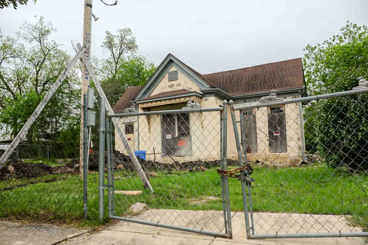 Vacant residential building located at 1120 East Crockett St in Dignowity Hill. Photo by Scott Ball.