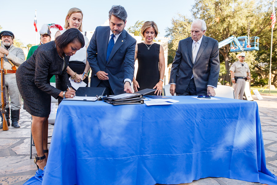 Mayor Ivy Taylor signs the master plan agreement with city and state colleagues. Photo by Scott Ball.
