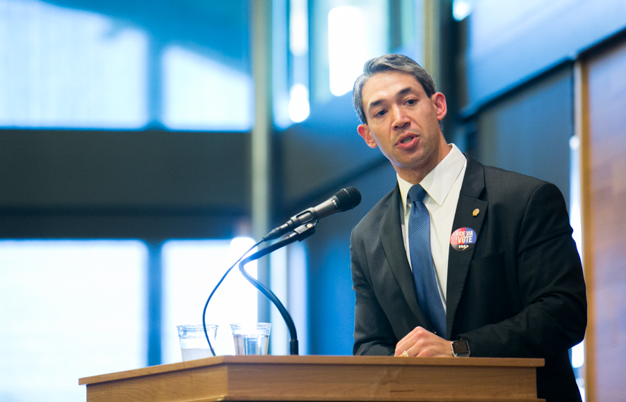 Councilman Ron Nirenberg (D8) questions the panelists about how they see San Antonio developing in reaction to projects that Bexar County will attract one million additional residents by 2040. Photo by Kathryn Boyd-Batstone