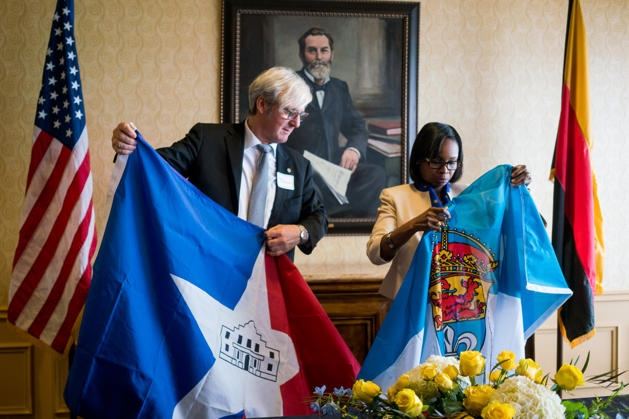 Lord Mayor of Darmstadt Jochen Partsch and Mayor Ivy Taylor exchange their city's flags. Photo by Kathryn Boyd-Batstone