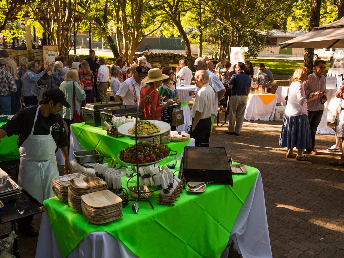 Guests dine outside in Brackenridge Park. Photo by Scott Ball.