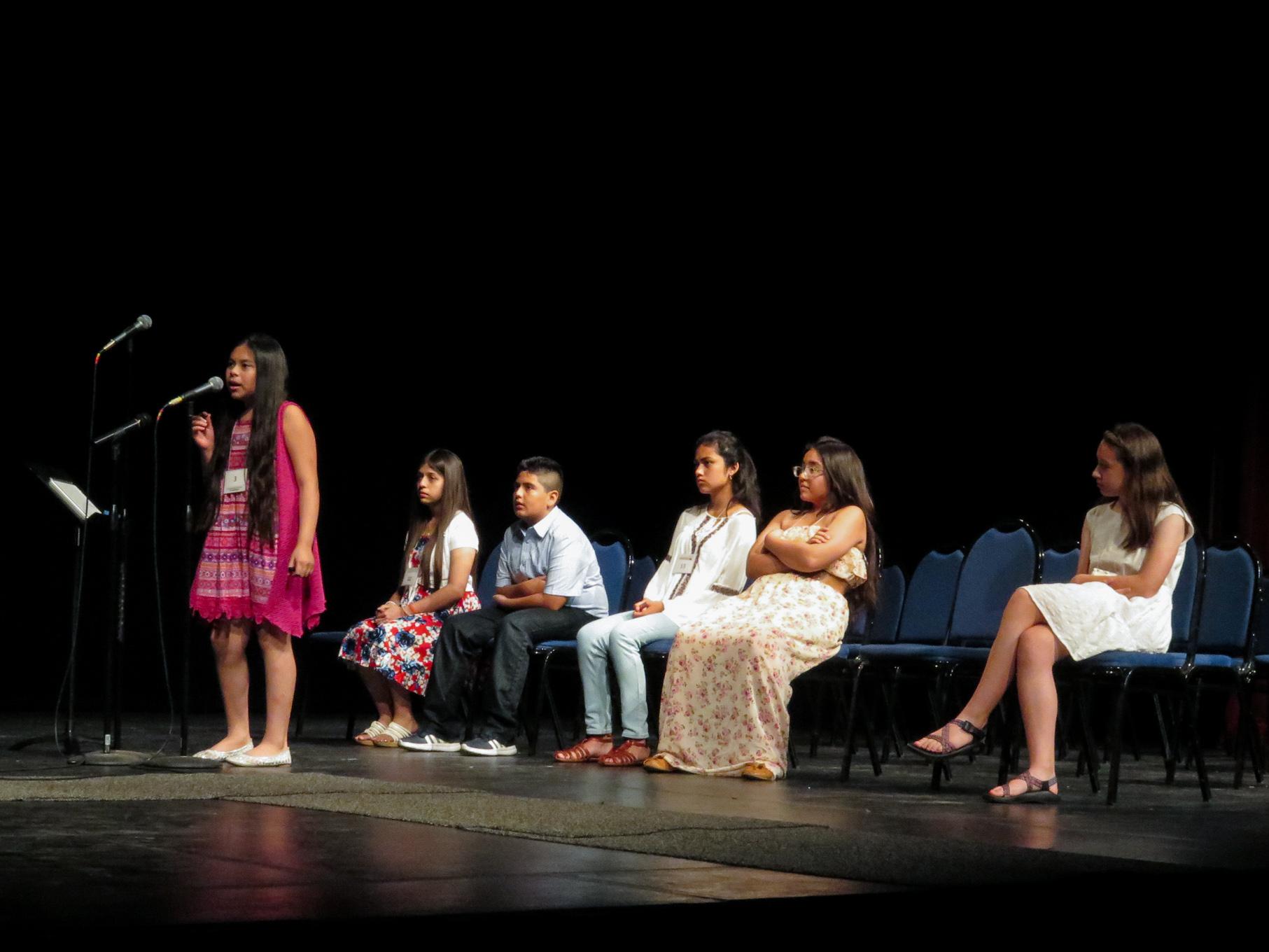 Kiara Rivas Vasquez enunciates a word for the judges. Photo by Rocio Guenther.