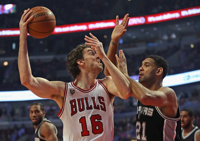 Pau Gasol #16 of the Chicago Bulls shoots agaist Tim Duncan #21 of the San Antonio Spurs at the United Center on November 30, 2015 in Chicago, Illinois. Photo by Jonathan Daniel/Getty Images.